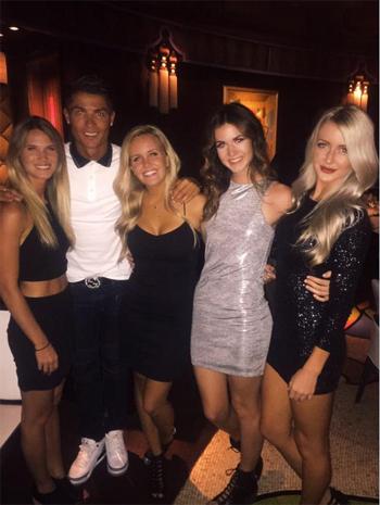 Ronaldo trả lại điện thoại cho người đẹp lạ mặt
