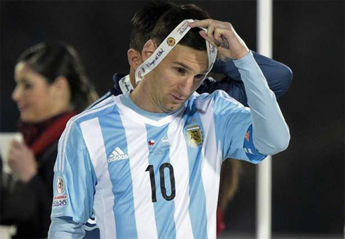 Maradona: 'Với Argentina, Messi như chưa chạm chân vào bóng'