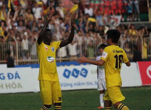 Thanh Hoá chiếm ngôi đầu V-League của Bình Dương