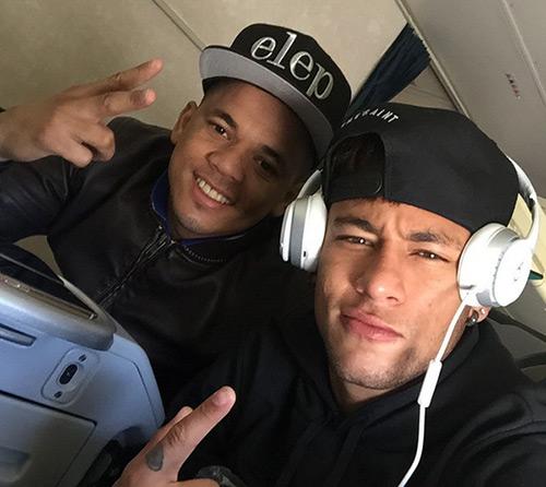Neymar dùng chuyên cơ triệu đô đưa bạn đi chơi
