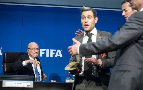 Sepp Blatter bị ném tiền vào người giữa cuộc họp báo