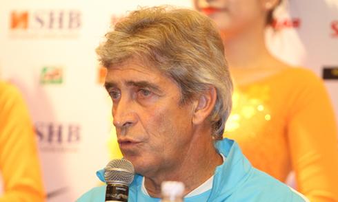 Cầu thủ Man City thích thú với nón lá Việt Nam