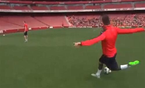Hậu vệ của Arsenal thách đố Ronaldo