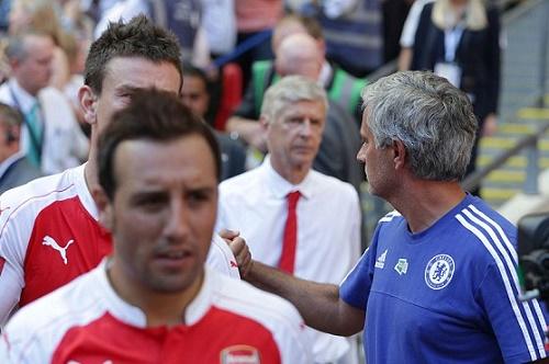 Wenger ngó lơ, hai lần không bắt tay Mourinho