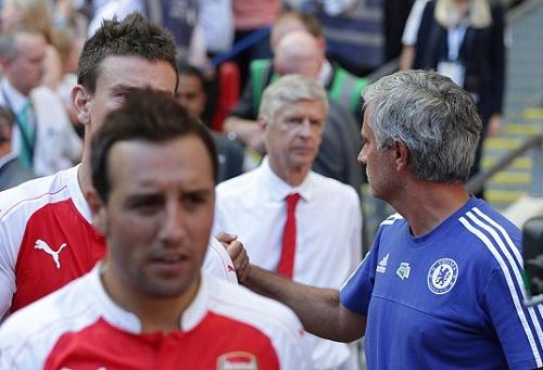 Báo Anh chê Mourinho và Wenger cư xử như trẻ con