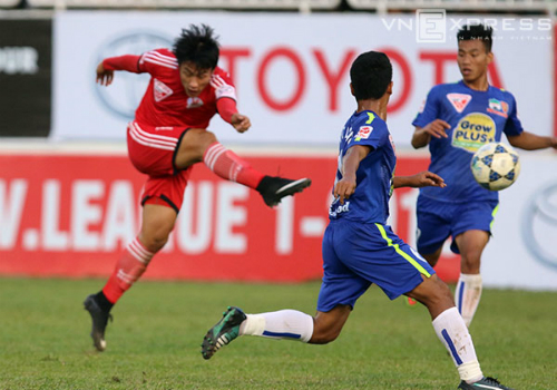Thủ môn nhận thẻ đỏ, HAGL thua Quảng Ninh