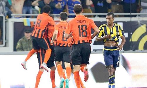 Đội của Van Persie, Nani bị loại sớm ở Champions League