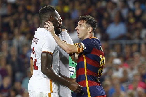 Messi thoát thẻ đỏ sau cú húc đầu vào mặt đối thủ