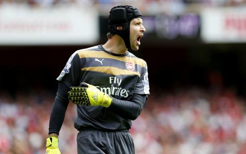 Petr Cech bị 'ném đá' sau màn ra mắt thảm họa