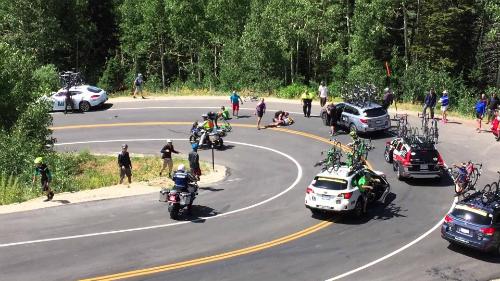 VĐV xe đạp đâm thẳng vào ôtô trên đường đua