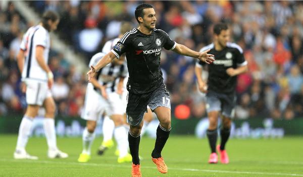 Pedro giúp Chelsea thắng trận đầu, dù Terry bị đuổi