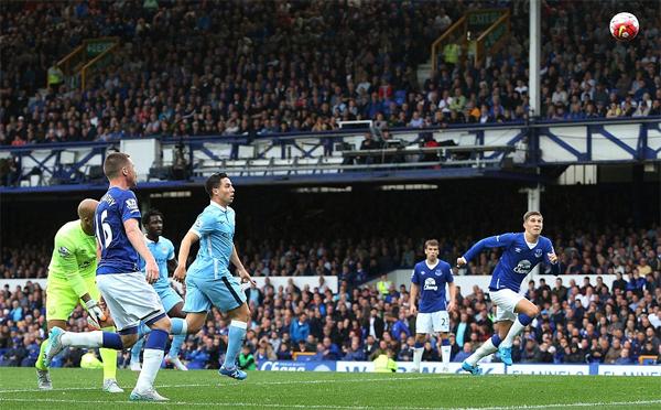 Everton 0-2 Man City: San bằng hiểm địa, trở lại đỉnh bảng