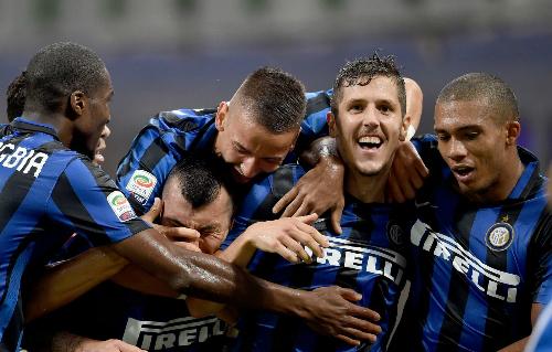 Inter thắng phút cuối, Milan thua trong thế mất người