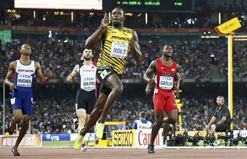 Bolt đánh bại Gatlin, lập kỷ lục 200m năm 2015