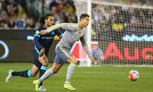 Ronaldo buộc dây tạ vào mắt cá chân để luyện rê dắt