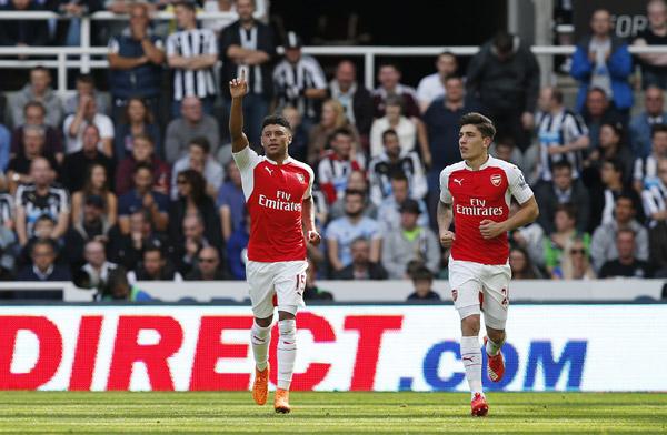 Arsenal chơi hơn người, thắng bằng bàn phản lưới