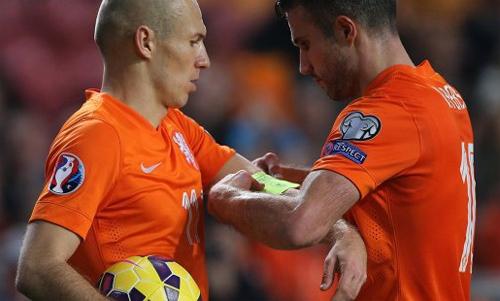Van Persie mất băng thủ quân tuyển Hà Lan về tay Robben