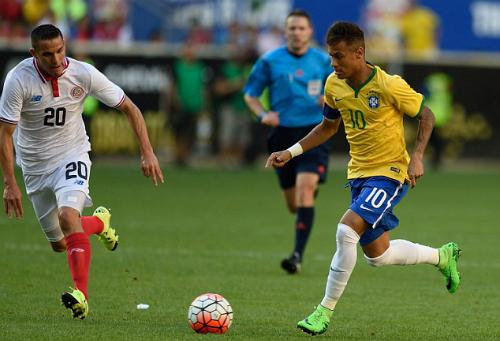 Neymar bất mãn khi ngồi dự bị ở Brazil