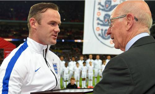 Bobby Charlton buồn vì mất kỷ lục vào tay Rooney