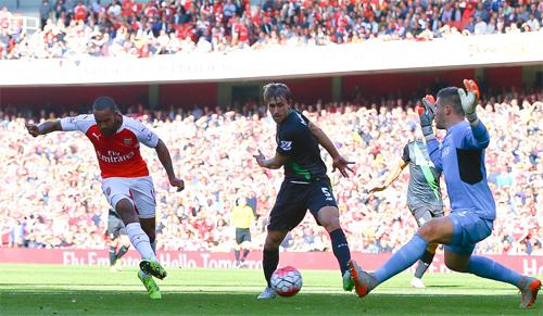 Arsenal lần đầu thắng sân nhà ở Ngoại hạng Anh mùa này