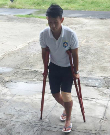 Cầu thủ Đà Nẵng ngồi xe lăn sau trận đấu SLNA