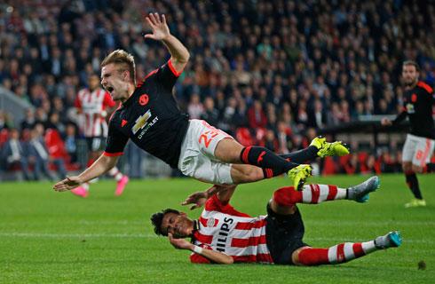 Luke Shaw gãy chân trong trận thua của Man Utd