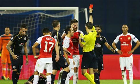 CĐV Arsenal thóa mạ, đòi phạt Giroud đi bộ về London