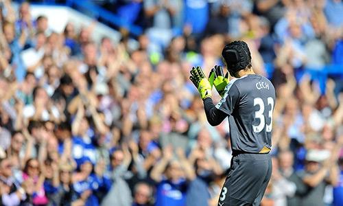 CĐV Chelsea thể hiện tình yêu với người cũ Petr Cech