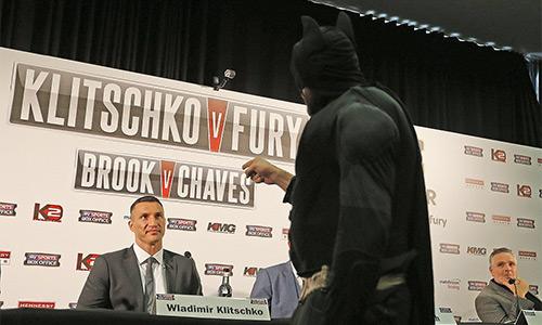 'Người Dơi' khiêu khích 'Búa thép' Klitschko trong cuộc họp báo