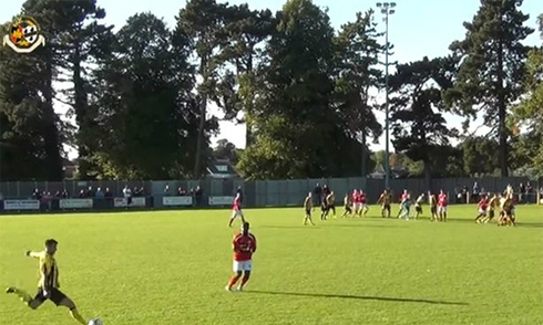 Thủ môn vô lê ghi bàn quyết định ở phút 94