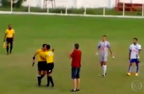Trọng tài rút súng giữa trận đấu