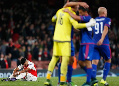 Arsenal 2-3 Olympiakos: 'Pháo thủ' lâm nguy
