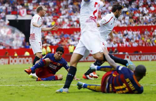 Suarez thừa nhận Barca thiếu cú đấm mạnh như mùa trước