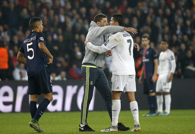 Ronaldo xin tha cho fan cuồng - ảnh thể thao