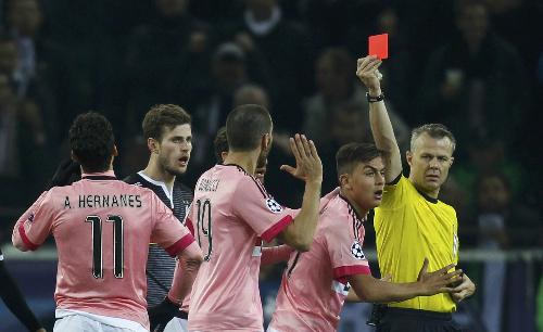 Juventus giành một điểm trong thế mất người