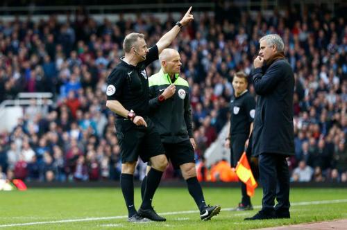 FA tiết lộ hành động khiến Mourinho bị trọng tài đuổi