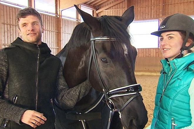 Muller hộ tống vợ đi thi cưỡi ngựa - ảnh thể thao