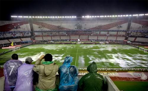 Hoãn trận Argentina - Brazil do sân ngập nước