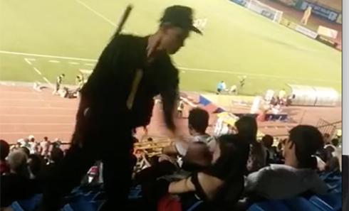 CĐV nữ bị cảnh sát cơ động tát vì 'bỏ nhà đi xem bóng đá'