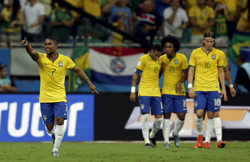 douglas-costa-bung-sang-brazil-tim-lai-cho-dung-tai-vong-loai-world-cup