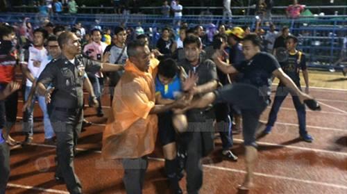 Thái Lan cấm thi đấu ba năm với CLB để CĐV đánh trọng tài