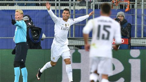 Ronaldo lập cú đúp, Real giành ngôi đầu bảng Champions League