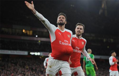 Arsenal thắng Sunderland khi Giroud ghi bàn cho cả hai đội