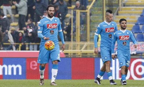 Napoli mất ngôi đầu Serie A dù Higuain lập cú đúp
