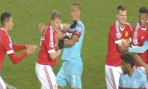 Schweinsteiger đối mặt án treo giò ba trận vì tội đánh chỏ