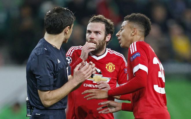 CĐV Man Utd chỉ thẳng mặt Van Gaal - ảnh thể thao