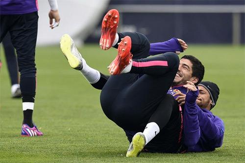 Neymar dính chấn thương vì muốn lừa Suarez