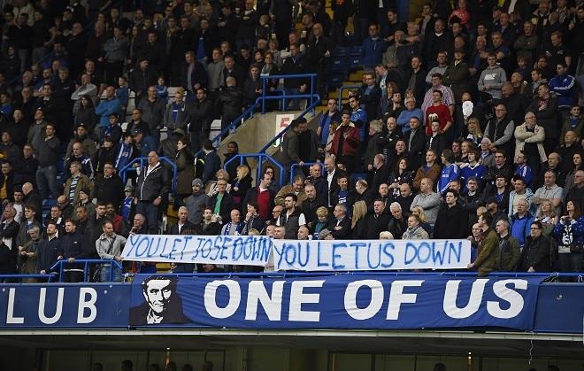 CĐV Chelsea giăng biểu ngữ: 'Cầu thủ phản bội Mourinho' - ảnh thể thao