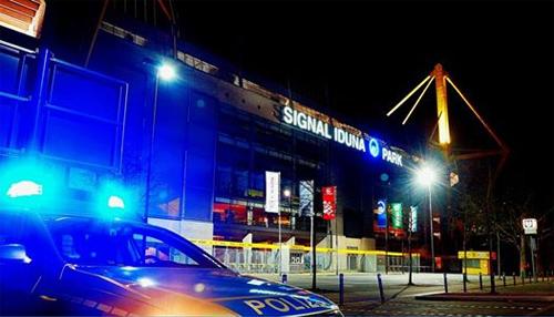 CĐV khỏa thân đột nhập sân của Dortmund