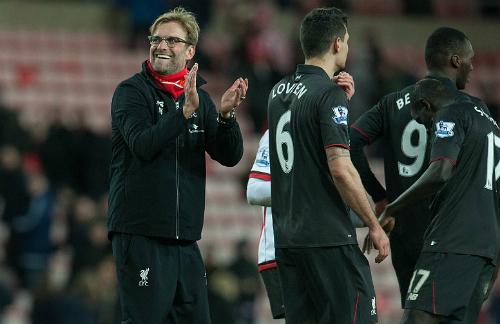 Benteke lập công, Liverpool leo lên bằng điểm Man Utd